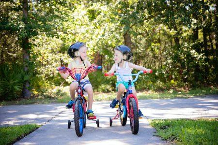 nyári gyerektevékenységek, két kislány biciklizik